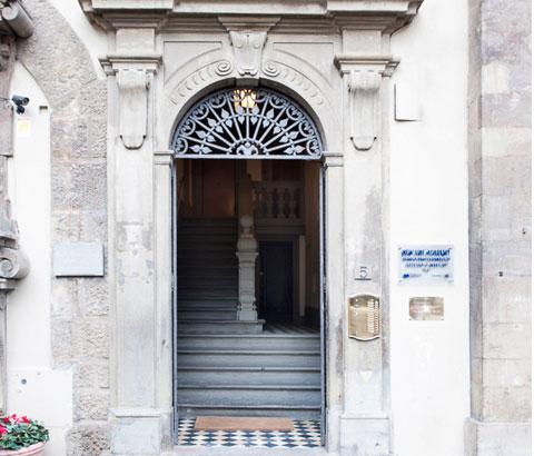 Ingresso della sede New Line Academy in Piazza Signoria a Firenze